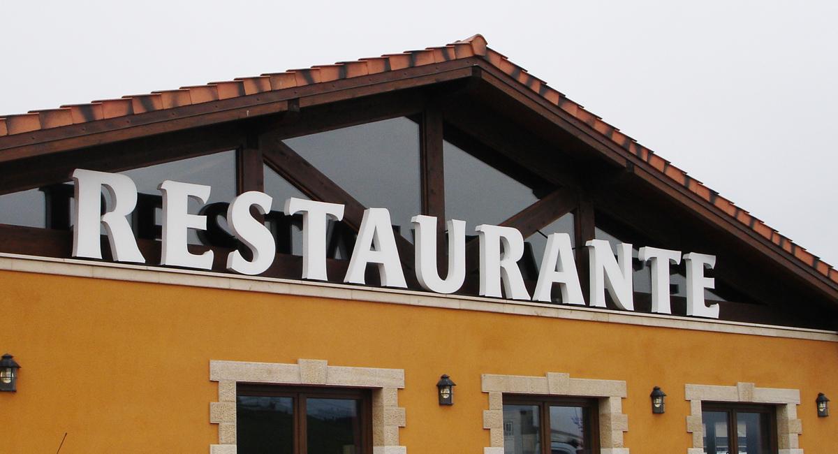 Rótulo corpóreo iluminación al frente Restaurante