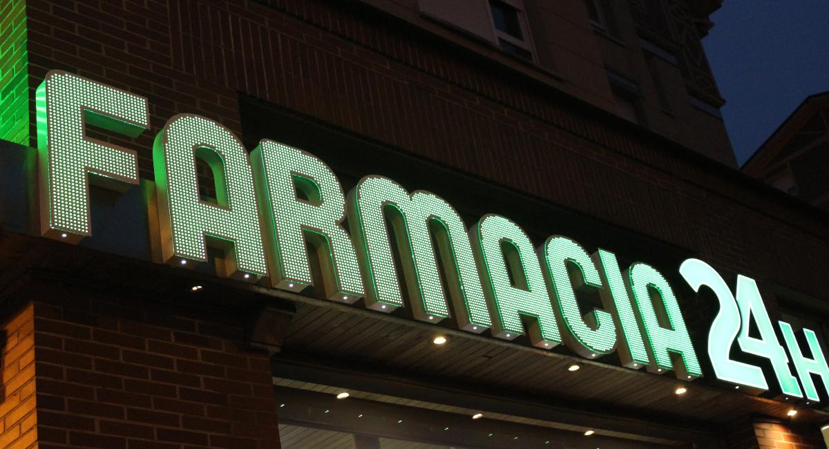 Rótulo corpóreo iluminación al frente farmacia