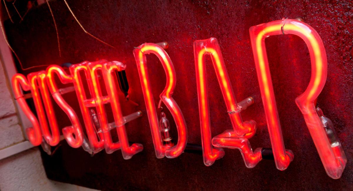 Norneón rótulo banderola a dos caras oxidada e iluminada mediante luz de neón2