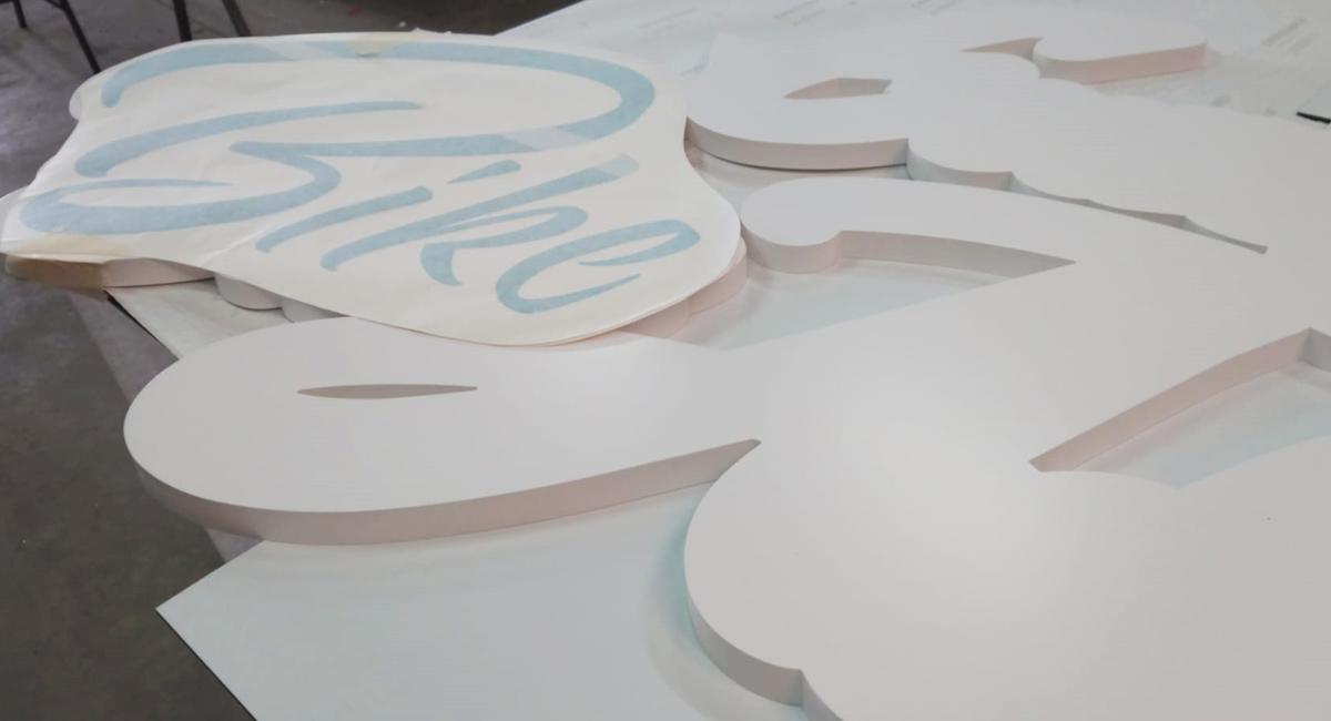 Rótulo sin iluminación con corpóreo con relieve de PVC superpuesto 7